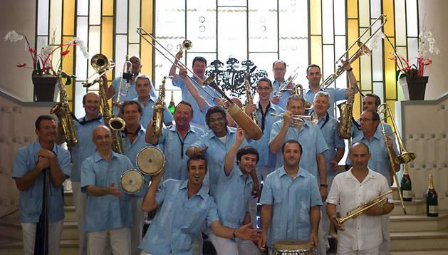Los 22 integrantes de la Big Band Côte Sud