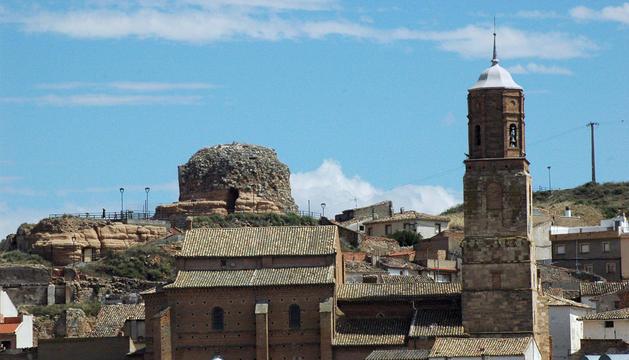 Imagen panorámica del castillo de Ablitas, enclavado en el monte que domina la localidad, con la torre de la iglesia a la derecha.