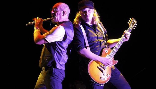 El cantante, flautista y compositor escocés Ian Anderson (i) y el guitarrista alemán Florian Opahle, de la banda Británica Jethro Tull, durante el concierto ofrecido en el Festival Jardins de Pedralbes