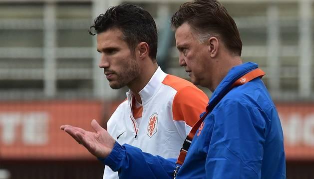 Van Gaal conversa con Van Persie durante un entrenamiento