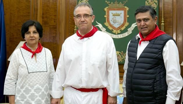 De izda. a ddcha. Gitanja-Lal, el alcalde Enrique Maya y el embajador Dunil Lal