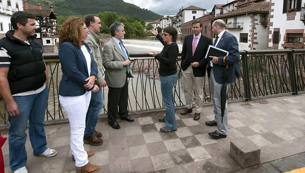 Las autoridades del Gobierno de Navarra y central durante la visita a la zona afectada por las inundaciones at