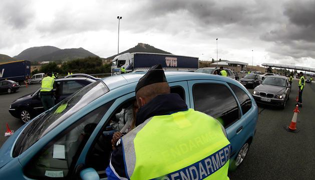 Un agente de la Guardia Civil de Tráfico da señales a un vehículo, ayer, en el peaje de Zuasti.