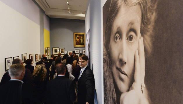 Varios periodistas recorren la exposición 'Virginia Woolf: Arte, Vida y Visión'.