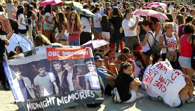 Seguidores de One Direction esperan en Barcelona a que comience el concierto