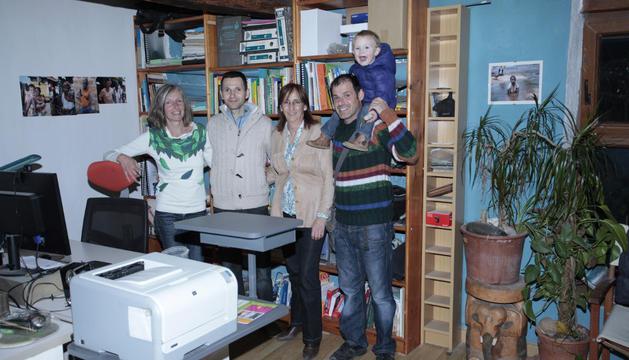 Desde la izda., María Gascón, presidenta de la ONG Adentra, junto con los miembros de la organización  Eduardo Zapata, Feli Jimeno, Rubén Legarda y Marco Gascón.