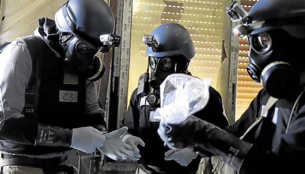 Inspectores de NU inspeccionan los restos de un ataque en Damasco en busca de trazos de armas químicas