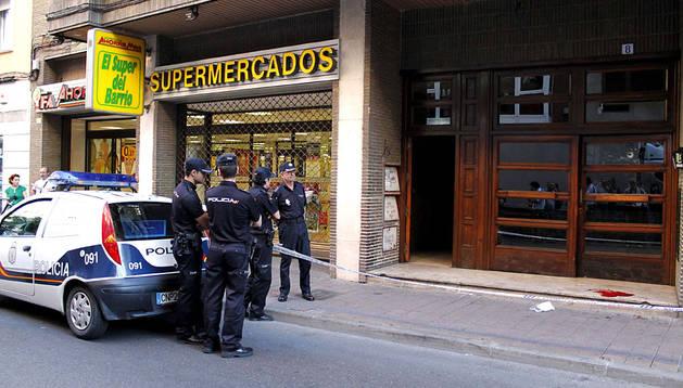 Policías frente al portal donde se ha producido el disparo