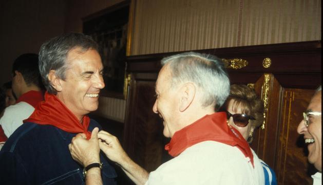 Pedro Osinaga, a la izda, recibiendo un pañuelo de honor en 1994