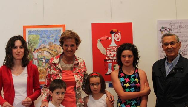La alcaldesa Begoña Ganuza y el concejal Felix Alfaro junto a los ganadores:  Silvia Martínez Gómez de Segura, Markel Suescun Zaldúa, Naia García Legarda y Anna Salinas Leza.