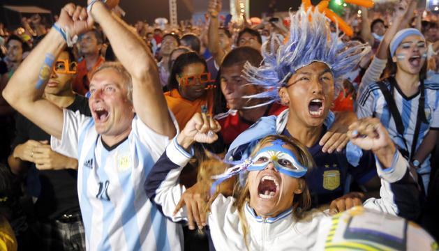 Hinchas argentinos celebran la victoria de su país en el Mundial