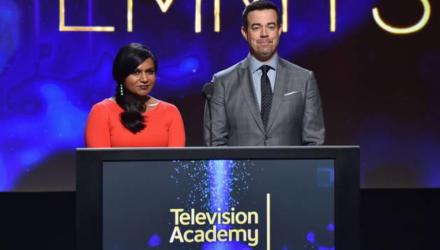 La actriz Mindy Kaling y el televisivo Carson Daly anuncian las nominaciones de la 66 edición de los Premios Emmy