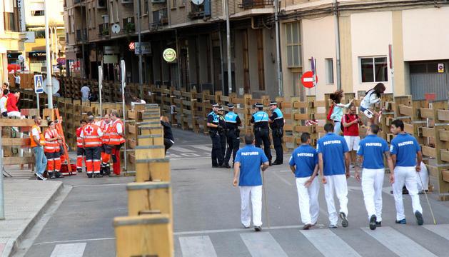 Sanitarios, policías y pastores, en un tramo del encierro de Tudela.