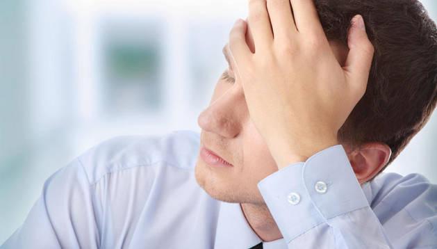 Un hombre sufre estrés en el trabajo