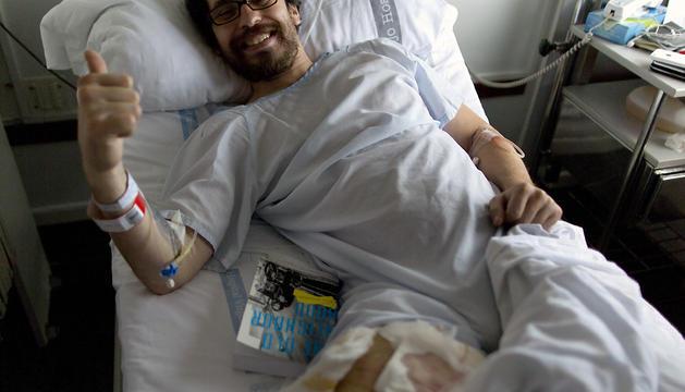 El escritor y corredor de los Sanfermines estadounidense 'Buffalo' Bill Hillman, de 32 años, posa en la cama del Complejo Hospitalario de Navarra