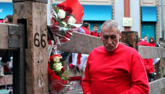 El padre de Daniel Jimeno coloca dos ramos de flores en recuerdo de su hijo.