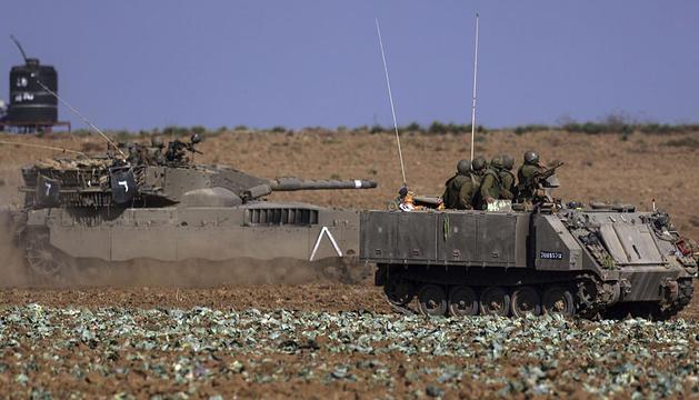 Tanques israelíes patrullan cerca de la frontera con la Franja de Gaza en el sur de Israel.