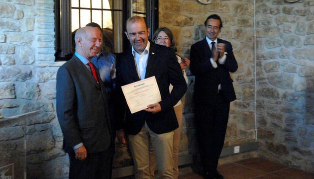 Entrega del diploma a la constancia a Joaquín Mencos.