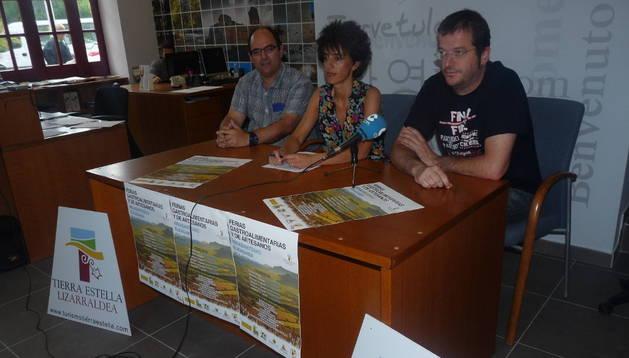 Eugenio Tardienta, Marian Ganuza e Íñigo Vicente durante la presentación de la oferta, ayer en Estella.