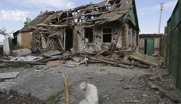 Un gato pasa junto a una casa destruida tras los enfrentamientos registrados en Slaviansk.