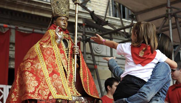 Los niños protagonizaron la ofrenda floral a San Fermín el viernes 11 de julio de 2014 en el Día del Niño.