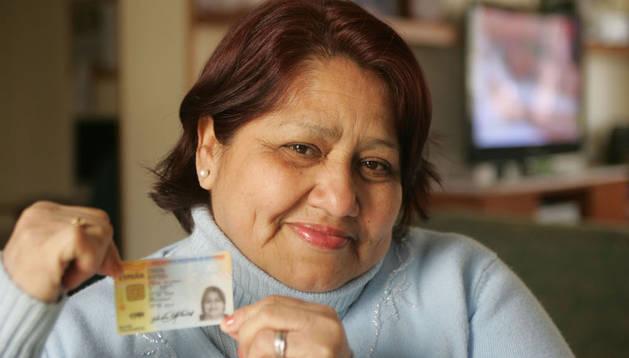 Amada Yolanda Camacho Martínez muestra el DNI español