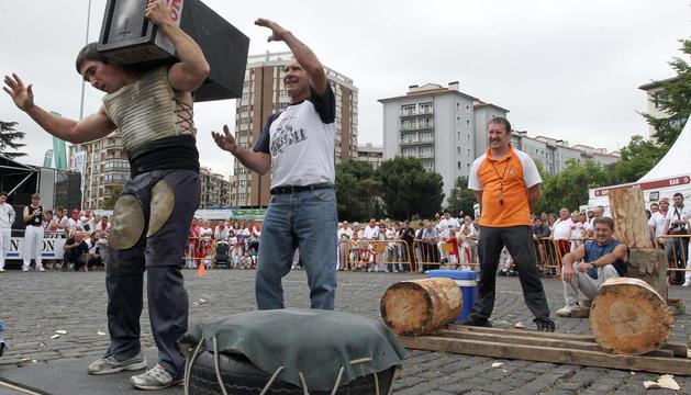 Josetxo Urrutia en una exhibición de levantamiento de piedra en 2012