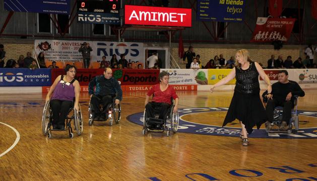 Instante de una de las actuaciones del grupo de baile en silla de ruedas de la asociación Amimet.