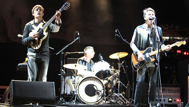 l líder de la banda escocesa Franz Ferdinand, Alex Kapranos (d), el batería Paul Robert Nester Thomson y el guitarra Nick McCarthy, durante su actuación en la primera jornada del Festival rock BBK Live, esta tarde en Bilbao