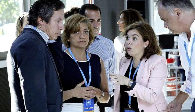 Soraya Sáenz de Santamaría conversa con Carlos Floriano en la Escuela de Verano del PP