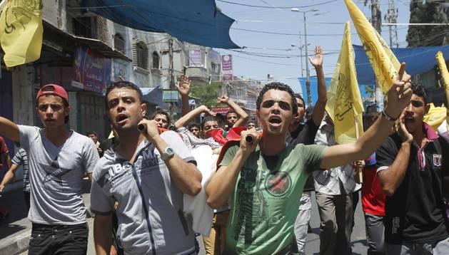 Familiares y amigos portan el cuerpo de una niña de 10 años, durante su funeral en Rafah