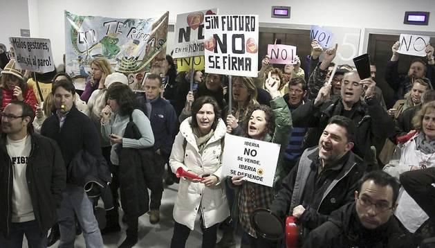 Protesta de trabajadores de Iberia durante las negociaciones de sindicatos y directivos en el 2013