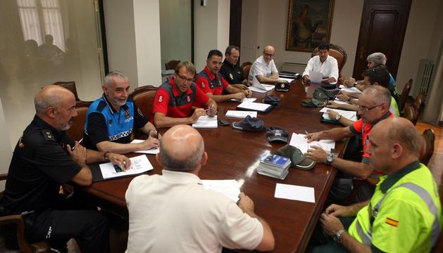 Instante de la reunión mantenida ayer por los cuerpos de seguridad en el Ayuntamiento de Tudela.