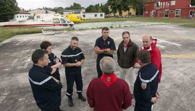 El consejero Morrás y la delegación francesa en la base de helicópteros de Miluce.
