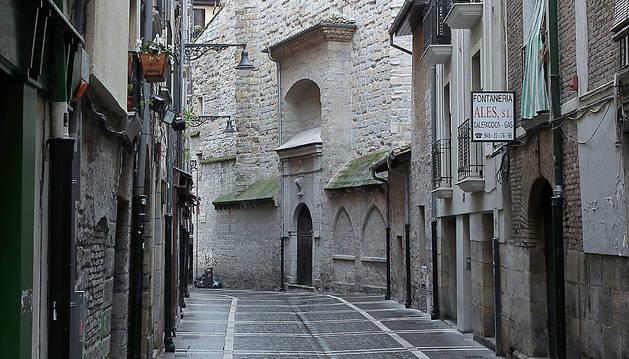 Vista de la calle Campana, con la iglesia de San Saturnino al fondo