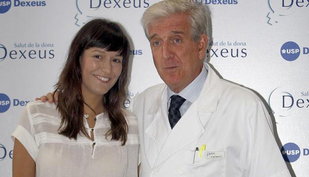 Victoria Anna, junto al doctor Barri en 2010.