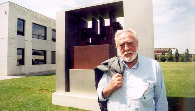 Nestor Basterretxea, junto a una escultura suya en la UPNA.