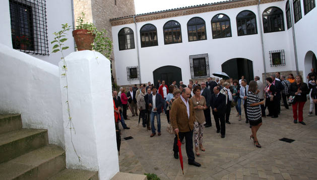 Asistentes a la apertura del ala derecha del castillo -en el centro, Yolanda Barcina-, en el patio de armas.
