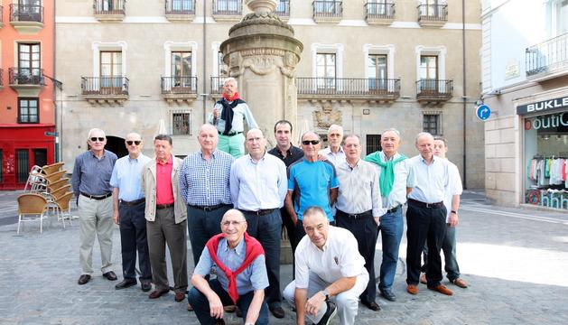 'El Guti', subido a la fuente, acompañado por sus amigos