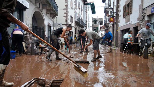 Elizondarras se afanan en las tareas de limpieza en la fatídica jornada del 4 de julio.