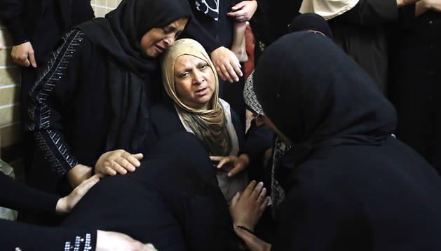Familiares de uno de los fallecidos por un ataque aéreo israelí lloran su pérdida