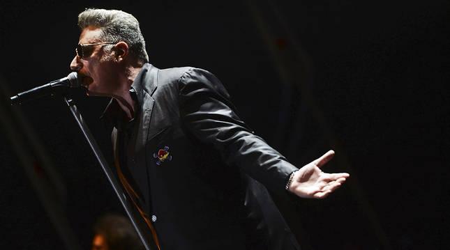 Loquillo durante el concierto que ofreció en el Teatro de la Axerquía, dentro de la programación del Festival de la Guitarra de Córdoba