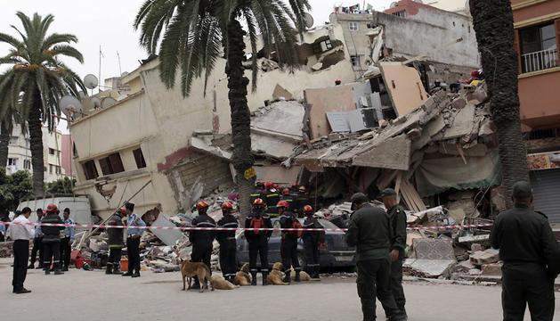 Varios bomberos observan el lugar del derrumbe en Casablanca.