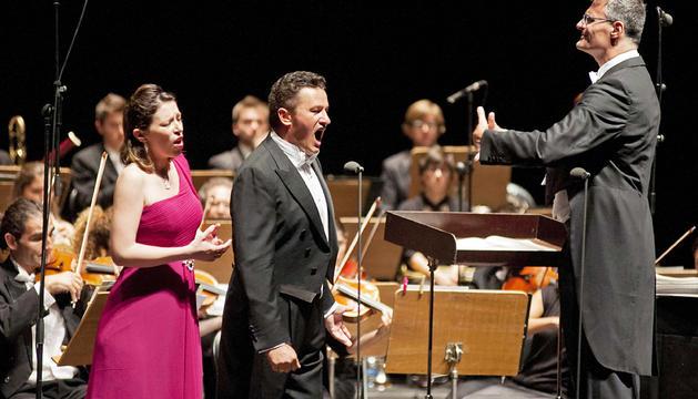 El tenor polaco Piotr Beczala (centro), la soprano italiana Erika Grimaldi (izda.), y el director francés Marc Piollet, durante el concierto en el Festival Castell de Peralada, en Gerona.