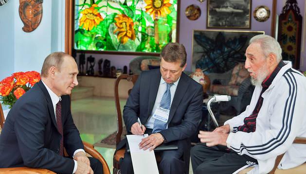 El exmandatario cubano Fidel Castro (dcha.) durante la reunión que mantuvo con el presidente de Rusia, Vladimir Putin (izda.), en La Habana