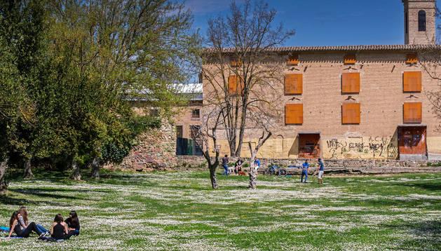 Campa que se extiende junto al convento de San Benito, con una parte del muro que lo rodea.