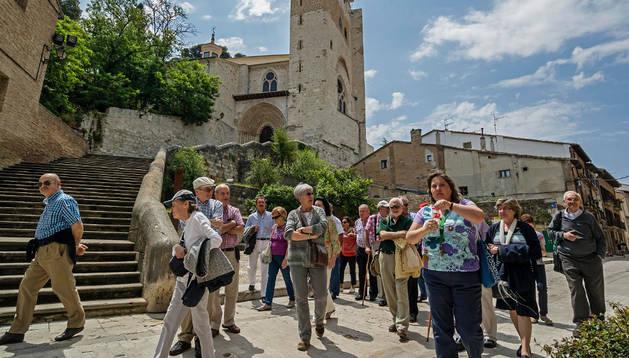 Turistas en el barrio monumental con San Pedro al fondo.