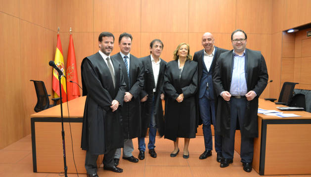 Desde la izda., los abogados homenajeados Bernardo Lacarra, Rogelio Andueza, Víctor Leal, Maite Ganuza, Fernando Areopajita y Francisco Javier Iriberri