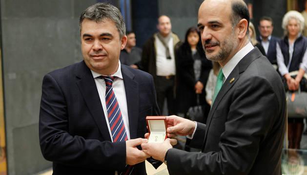 Cerdán, a la izquierda, en su investidura como parlamentario foral en 2014