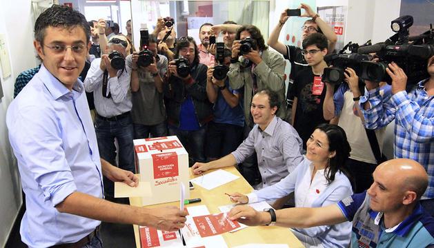 Eduardo Madina deposita su voto en Bilbao.